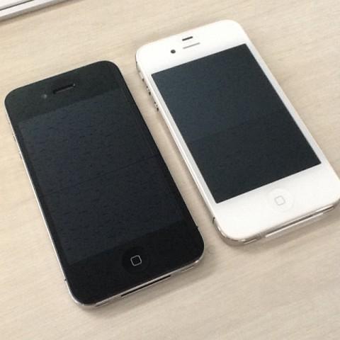 iPhone 4(黒) と iPhone 4S(白)